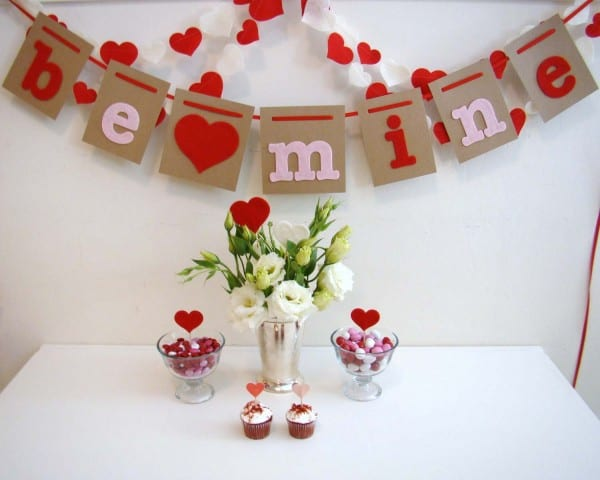 Decorative-Letters-Be-Mine-Perfectly-Complements-the-Sweet-Valentines-Table-Decorations-600x480