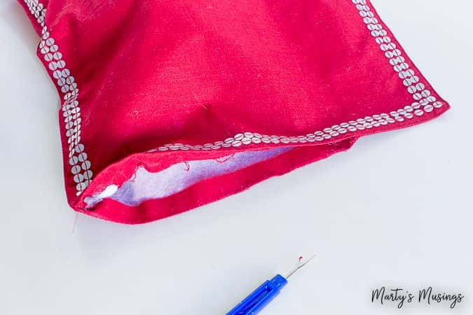 Can't sew a lick but want beautiful pillows for your home? This easy and inexpensive DIY no sew place mat pillow is the answer! No sewing machine required and it''s so easy and cheap to change it up for any time of the year!