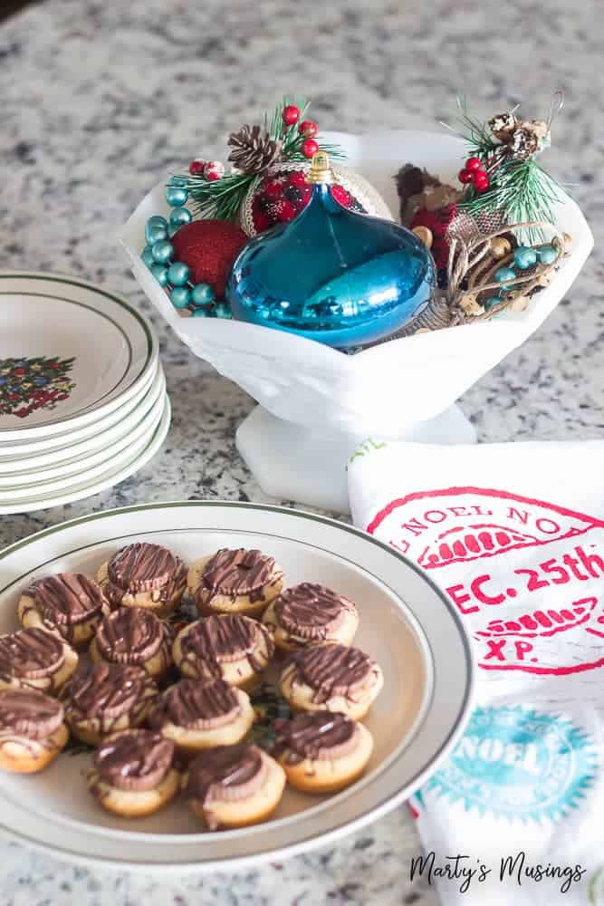 This rustic Christmas kitchen decor is simple to pull together using aqua and red accents for a pop of color and easy, thrifted accessories! #christmas #christmasdecorations #rustic #kitchen #diy #repurposed #martysmusings